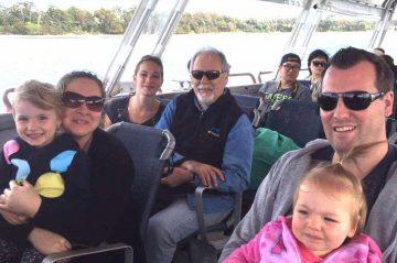 Madisson avec sa famille d'accueil sur un bateau
